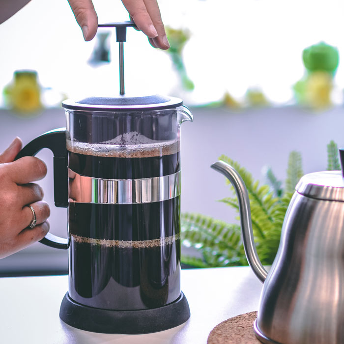 GROSCHE-Zurich-black-french-press-MAKING-COFFEE