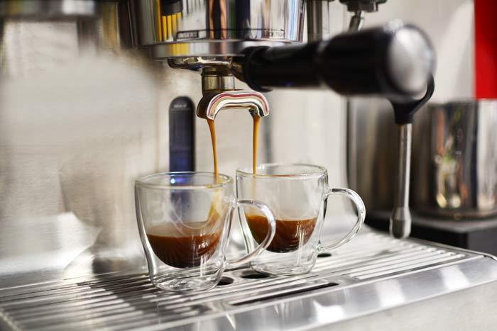 GROSCHE-Turin-double-walled-espresso-cups-in-espresso-machine-with-espresso-pouring