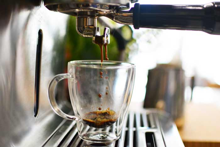 GROSCHE-Turin-double-walled-espresso-cups-with-espresso-pouring-into-it-700